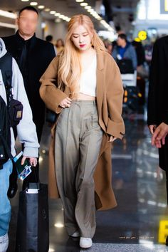 Your source of news on YG's current biggest girl group, BLACKPINK! Please do not edit or remove the logo of any fantakens posted here. Kpop Fashion Outfits, Blackpink Fashion, Korean Outfits, Asian Fashion, Girl Outfits, Fashion Pants, Fashion Trends, Korean Airport Fashion, Kpop Mode