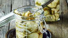 Valkosipuliset etikkaliemeen säilötyt kurkut maistuvat leivän päällä tai lisäkkeenä. Pickles, Cucumber, Tasty, Salad, Recipes, Food, Chutneys, Ideas, Eten