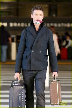 He looks lot cooler with his choice of suit cases. :D --Eddie Redmayne carries his passport in his mouth while arriving on an international flight at LAX Airport on Monday (January in Los Angeles. Last week, the… Eddie Redmayne Hannah Bagshawe, Sharp Dressed Man, Celebrity Crush, Dapper, Hot Guys, Handsome, Men Casual, Menswear, Mens Fashion
