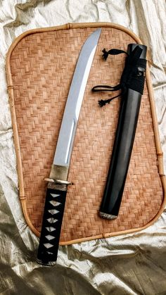 Cold Steel Imperial O Tanto from Atlanta Cutlery is carefully crafted using traditional methods and materials of Japanese Imperial Swords A small dagger sized blade this. Samurai Weapons, Zombie Weapons, Ninja Weapons, Katana Swords, Weapons Guns, Armas Ninja, Pretty Knives, Cool Knives, Swords And Daggers