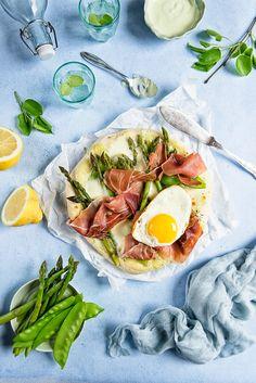 picante-jalapeno.blogspot.com: Pizza ze szparagami, groszkiem śnieżnym , szynką parmeńską, mozarellą i jajkiem, z sosem wasabi Green Pizza, Frittata, Fresh Rolls, Mozzarella, My Recipes, Asparagus, Food Porn, Ethnic Recipes, Instagram