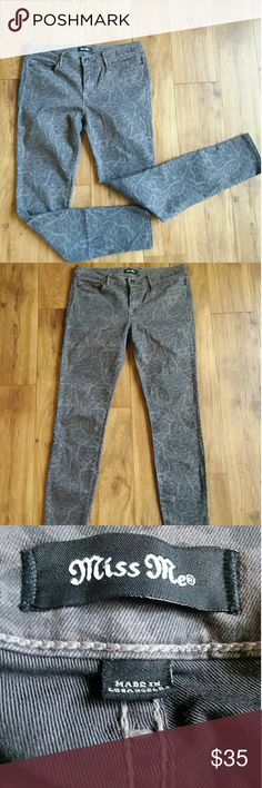 Miss Me mid rise skinny ankle pants size 30 Miss Me Reid mid rise skinny ankle pattern print pants size 30 like new! No signs of wear. Soft and comfortable, stylish!!! Miss Me Jeans Skinny