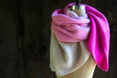 Large écharpe tricotée au point de riz en 8 rectangles de couleurs dégradées de blanc à rose fuschia