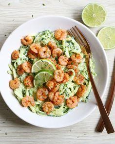 Courgetti is helemaal hip! Deze spaghetti van courgette is laag in calorieën en koolhydraten, super gezond en hartstikke lekker! Bak er garnalen bij en maak een romige saus van avocado en je hebt e…