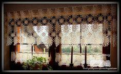 Kolejna szydełkowa firanka i jak zawsze do kompletu dwie zazdrostki... tym razem na okno w holu... Wydziergane na szydełku z cieniutkiego ko...