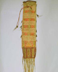Сумка для табака, Тетон Сиу. Коллекция Warnock.  Период 1850-1875 - (1875). Длина 98 cм; ширина 15 cм. Источники: Lessard Collection- SD 989Epic Fine Arts Co./Masco Corp. Splendid Heritage.