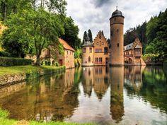 Castillo de Mespelbrunn, Castillo medieval rodeado de agua en el territorio de la ciudad de Mespelbrunn, entre Frankfurt y Würzburg, construido en un valle remoto afluente del valle Elsava, dentro de la selva Spessart.