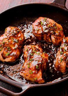 Dacă vrei să încerci o rețetă cu adevărat gustoasă de friptură, atunci trebuie neapărat să înveți cum se face o porție spectaculoasă de carne porc cu sos de oțet balsamic și miere! O nebunie de preparat, la care succesul e garantat! Dutch Oven Pork Chops, Oven Roasted Pork Chops, Honey Glazed Pork Chops, Pork Sirloin Chops, Baked Pork Loin, Balsamic Pork Chops, Tender Pork Chops, Honey Garlic Pork Chops, Cooking Pork Chops
