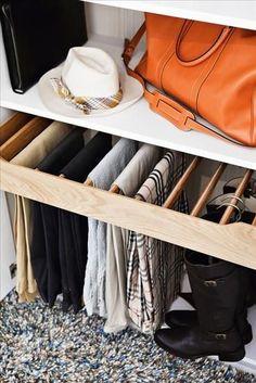 ボトムスも吊るして。持っている衣類の全貌がパッと見れるというのも、吊るす収納のメリットでもありますね。