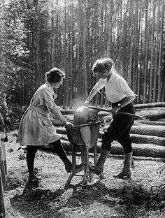 On the homefront: WWI Women's Forestry Corps, UK 1918 We can do it. Vintage Pictures, Old Pictures, Vintage Images, Photos Du, Old Photos, Women's Land Army, History Photos, Oscar Wilde, Working Woman