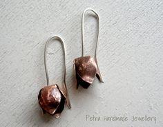 Orecchini in rame e argento 925 fiore bocciolo corolla bud- orecchino forgiato a mano-gioiello in serie limitata- di Petrahandmadejewelry su Etsy