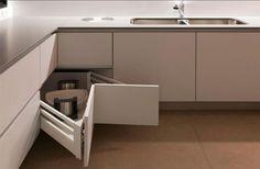 Com armários inteligentes na cozinha voce aproveita melhor cada cantinho para guardar seus utensilios. Os ambientes menores, vale explorar os armarios!