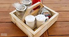 Free woodworking plans and tutorial to build a simple DIY square caddy with a handle. Great project for beginner woodworkers! Silverware Caddy, Plastic Silverware, Woodworking Plans, Woodworking Projects, Brad Nails, Nail Drill, Dry Brushing, Wood Glue, Diy Desk