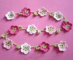 Newest Absolutely Free Crochet Flowers garland Style Selbermachen-Tipp: Blumenkette häkeln – BRIGITTE.de Crochet flower garland, not in English, but Crochet Bunting, Crochet Garland, Crochet Diy, Crochet Motifs, Love Crochet, Crochet Crafts, Crochet Flowers, Crochet Projects, Baby Bunting