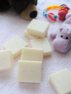 アボカドベビーアボカドオイルをたっぷり使った低刺激の石鹸。精油も入れていないので、赤ちゃんにもお肌にトラブルある方も安心して使えます。実はどの石鹸よりもリピートオーダー率が高いのがこのアボカドベビー。きめ細かい泡立ちで、なんだかホッとできる優しい石鹸です。アボカド石鹸の生地にクレイで色付けました。精油はユーカリとローズマリー。アーモンドシャンプーバーリッチなスイートアーモンドオイルをオイル総量の40パーセント使った贅沢な石鹸。シアバターも入って保湿もぬかりなく。柔らかくなりがちな配合なのですが、一年以上熟成させているのでしっかり固くなり、ふくふくと泡立ちます。ローズマリーのインフュ.ーズドオイルを使い、髪に良い黒蜜も配合してあるので、シャンプーバーとして最高です。精油はローズマリー、ラベンダー、レモンで、お湯...石鹸色々