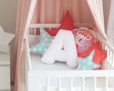 Nuevo bebé regalo rosa carta almohada E nombre del bebé signo   Etsy Initial Pillow, Letter Cushion, Letter Pillow, Nursery Signs, Nursery Room, Nursery Decor, Baby Name Signs, Baby Names, Soft Pillows