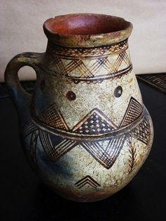 """D'une richesse particulière, l'Art potier berbère est une vraie source d'étonnement ! Sa particularité réside en ces signes graphiques, présentant tous les mêmes motifs de base. Il s'agirait d'une """" Ecriture """" spécifiquement féminine. Cet art traditionnel... World History, Art History, Vases, Arte Tribal, Bull Horns, Sacred Symbols, Ceramic Teapots, Pottery Mugs, Ceramic Design"""