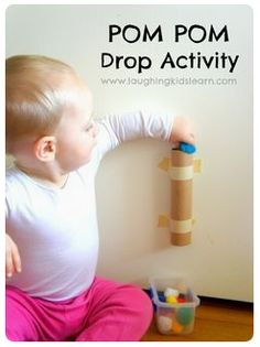 Spielideen Babys Monate Pom pom drop activity for toddlers is great for developing fine motor skills and an understanding of cause and effect. Simple and fun. Use toilet paper tubes.