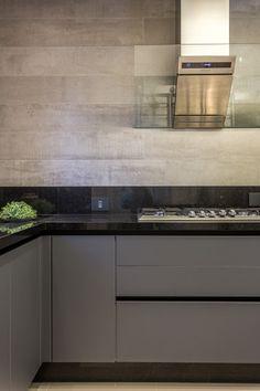 Balcão de cozinha cinza com bancada preta