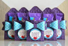 """Ein Schwung Goodies mit dem Envelope Punch Board und der Schleifenstanze: papier: 8 x8 cm, stanzen + falzen bei 1 1/2"""" + gemaäß der abb. zusammenkleben. (passend für ein Milkatäfelchen)"""