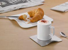Zestaw do kawy marki Auerhahn to elegancki i praktyczny kubek ze spodkiem i talerzykiem. Filiżanka i duży talerz wykonane są z najwyższej jakości porcelany, spodek natomiast z wysokogatunkowej stali nierdzewnej chromowo-niklowej 18/10. Prosty, subtelny kształt sprawia, że kubek idealnie wkomponuje się w zastawę stołową, a poranna kawa będzie smakowała jeszcze lepiej.