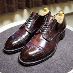 2017/03/20 18:04:05 sthkzn Alden 56201 今日は永福町の @studio.cbr さんに伺ってこちらの靴を買って来ました。 モディファイドラストは随分昔に試着したことがあって、甲の浮きが気になりやめたことがありました。今回も似た感じがしましたが、何となくうまく履けそうな気がします。 中古なので皺が入っちゃってるのは仕方ありません。でもキチンとケアされていて良い状態です。これで定価の半額程度ならお買い得だと思います。 お店の方も親切、丁寧でストレスなく、良い買い物ができました。 お店オリジナルのシューツリーは、コストパフォーマンスが高くオススメです。 #alden #オールデン #cordovan #burgundycordovan #コードバン #alden56201 #56201 #shoes #mensshoes #shoecare #紳士靴 #革靴 #靴磨き #シューケア #studiocbr