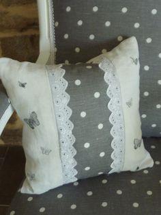 coussin crée à partir de lin et linge ancien tampon papillons et dentelle anglaise
