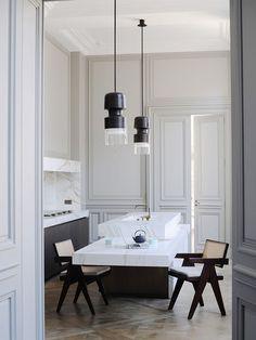 Cozinha com balcão de mármore