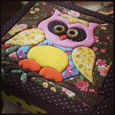 Corujinha linda! Caixinha patchwork embutido 15 x 15 cm.