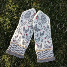 Ravelry: Spring Chicken pattern by JennyPenny Knitted Mittens Pattern, Knit Mittens, Knitted Gloves, Knitting Patterns, Chicken Pattern, Chicken Crafts, Cross Stitch Bird, Fair Isle Knitting, Crochet Yarn