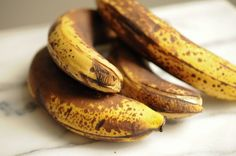 How many calories are in a banana? It depends on the size, but it's safe to estimate the average banana contains 72 to 135 calories. Get Healthy, Healthy Life, Healthy Recipes, Eating Healthy, Best Banana Muffin Recipe, High Antioxidant Foods, Natural Hair Growth Remedies, Banana Contains, Health