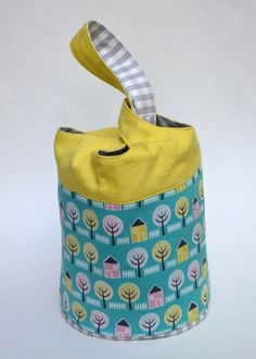 Cloverleaf Bag Tutorial + Pattern | Sew Mama Sew | This is an adorable bag: the pattern is free and the photo-filled instructions are great!