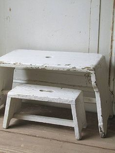 Shabby to Chic: Five Ways to Revamp and Modernize Your Shabby Chic Room - Sweet Home And Garden Shabby Chic Fabric, Shabby Chic Homes, Distressed Furniture, Painted Furniture, Old Benches, Farm House Colors, Wooden Stools, Inspired Homes, Step Stools