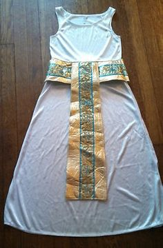 Beautiful ornamentation on this Cleopatra Halloween costume dress--let your young lady use her creativity for the rest of the outfit! Cleopatra Halloween, Cleopatra Costume, Egyptian Costume, Fete Halloween, Halloween Costumes For Kids, Homemade Costumes, Diy Costumes, Dress Up Costumes, Halloween Disfraces