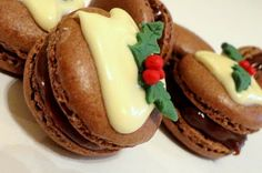 The Extraordinary Art of Cake: Christmas Baking Ideas. choc macaron w/ melted white choc and fondant berries. Ganache could be christmas spice flavoured salad Christmas Goodies, Christmas Desserts, Christmas Treats, Macarons Christmas, Christmas Cakes, Christmas Christmas, Xmas Food, Christmas Cooking, Baking Recipes