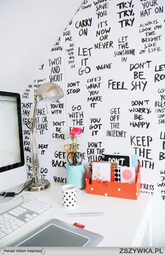 ¿Quién dijo que escribir en la pared era feo? Escribir palabras y frases que nos motiven en un rincón escogido de nuestra habitación puede darnos ese punto de originalidad que buscamos.