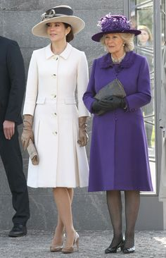 Mary stays within a nuetral colour palette; teaming beige leather gloves, a clutch and pumps with her white coat dress.