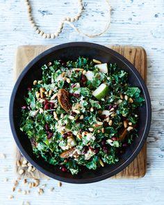 Lehtikaalisalaatti päärynöiden, viikunoiden ja tahinikastikkeen kera Healthy Salad Recipes, Raw Food Recipes, Dinner Recipes, Low Carb Cookies, Veggie Delight, Everyday Food, Winter Food, Kale, Frisk