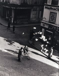 Robert Doisneau, Lancer de tracts rue Henri Monnier Paris, 1944.