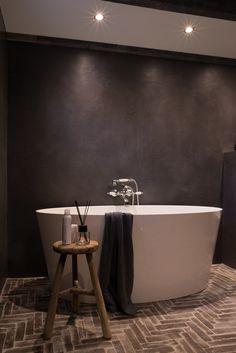 Chique badkamer met landelijke touch en echte Waaltjes als vloer! Bathroom Toilets, Bathroom Designs, Clawfoot Bathtub, Bathroom Interior, Interior And Exterior, Lifestyle, School, House, Ideas