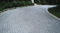 Eco Outdoor Buffalo granite split face cobbles on curved traditional driveway. Eco Outdoor | The Garden Company rn| Buffalo granite cobblestone | Driveway ideas | Driveway pavers | Natural stone driveway paving | Natural stone paving | Outdoor paving | Garden ideas | Driveway design | Classic + Traditional | livelifeoutdoors