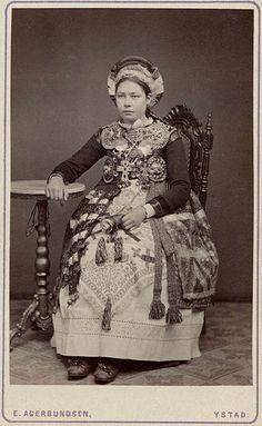 Brud från Ingelstads härad. Kvinna iklädd folklig bruddräkt. 1870-1920