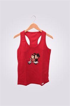 Camiseta de mujer de tirantas ArriquiVespa color rojo con diseño de Curra y Lolo en Vespa