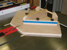 Woodworking jigs are a necessary part of any woodworking store. They are excellent for recurring tasks in numerous wood working jobs. They make intricate tasks much easier to handle and faster. Table Saw Workbench, Table Saw Jigs, Woodworking Table Saw, Woodworking Saws, Woodworking Store, Woodworking Workshop, Woodworking Techniques, Woodworking Projects, Cross Cut Sled