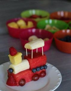 Fruits train :D Cute food for kids, creative food, healthy snacks. Cute Snacks, Snacks Für Party, Cute Food, Good Food, Yummy Food, Diy Snacks, Delicious Recipes, Game Night Snacks, Sleepover Snacks