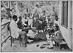 Vervaardigen van schoenen door leprapatiënten op Bethesda, leprakolonie in Suriname (1914).
