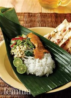 Nasi Pecel Madiun (Pecel Rice Madiun style), always delicious, should be served on a banana leaf. Tamales, Asian Recipes, Healthy Recipes, Healthy Food, Malay Food, Indonesian Cuisine, Indonesian Recipes, Food Garnishes, Food Packaging Design