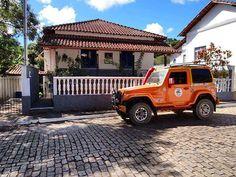 Em nossas andanças por Minas Gerais, chegamos a Pequeri, refúgio do sambista Dorival Caymmi. Cercado pelo silêncio de suas montanhas, ele escolheu a pequena cidade como refúgio, onde construiu uma casa na década de 1980. Hoje, a casa é um museu pessoal preservado por Nana Caymmi.⠀⠀⠀⠀⠀⠀⠀⠀⠀⠀⠀⠀⠀⠀⠀⠀⠀⠀⠀⠀⠀⠀⠀⠀⠀⠀⠀⠀⠀⠀⠀⠀⠀⠀⠀⠀⠀⠀⠀⠀⠀⠀⠀⠀⠀⠀⠀⠀ #nossavidaeandarporessepais#viajandodetroller #troller  #4x4 #offroad #pelobrasil #brasil #rbbv #brasilporterra #viajandopelobrasil  #minasgerais#estradareal…