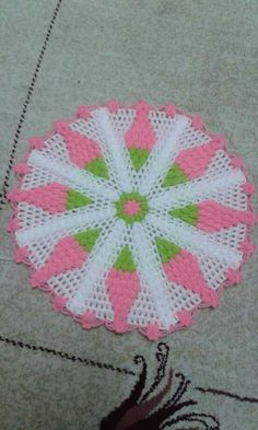 This Pin was discovered by azi Crochet Motif, Knit Crochet, Crochet Patterns, Kare Kare, Doilies, Crochet Projects, Beach Mat, Diy And Crafts, Outdoor Blanket