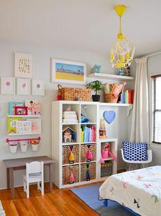 В шкафе детской комнаты можно хранить книги, игрушки и вещи для творчества